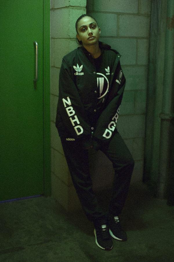 adidas Originals x Neighborhood — sportovní oblečení — Stadium — černá bunda do pasus potiskem bez kapuce — pánská, dámská — black jacket