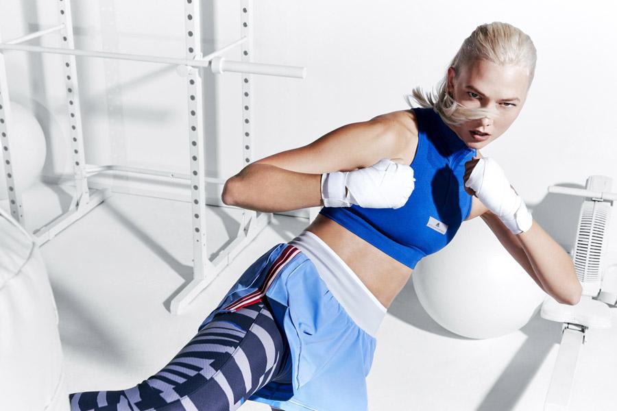 adidas x Stella McCartney — modrá sportovní podprsenka/top — dámské modré šortky — modré legíny — sportovní oblečení — jaro/léto 2018