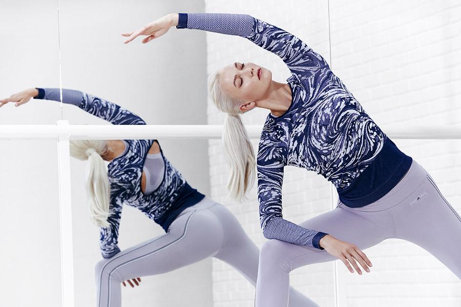 adidas x Stella McCartney — modré tričko se vzorem a dlouhým rukávem na jógu — šedé legíny na jógu — sportovní oblečení — jaro/léto 2018