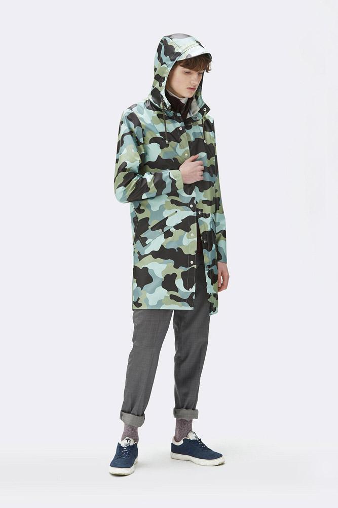 Rains — maskáčová nepromokavá bunda s kapucí — pršiplášť — dlouhá parka — pánská — zelená, modrá — raincoat, rain jacket, camo — jaro/léto 2018