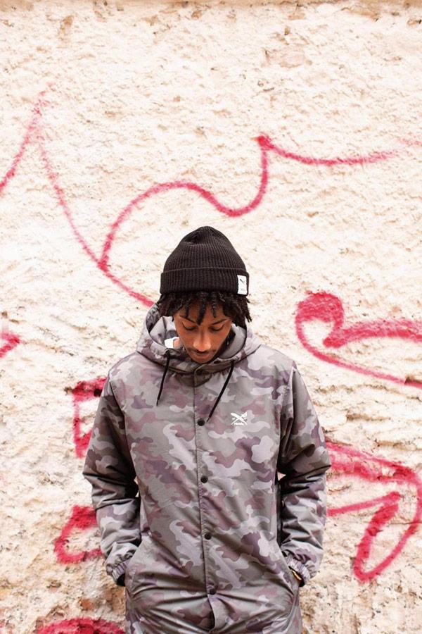 Iriedaily — dlouhá pánská maskáčová bunda s kapucí — parka — černá čepice — lookbook — jaro 2018