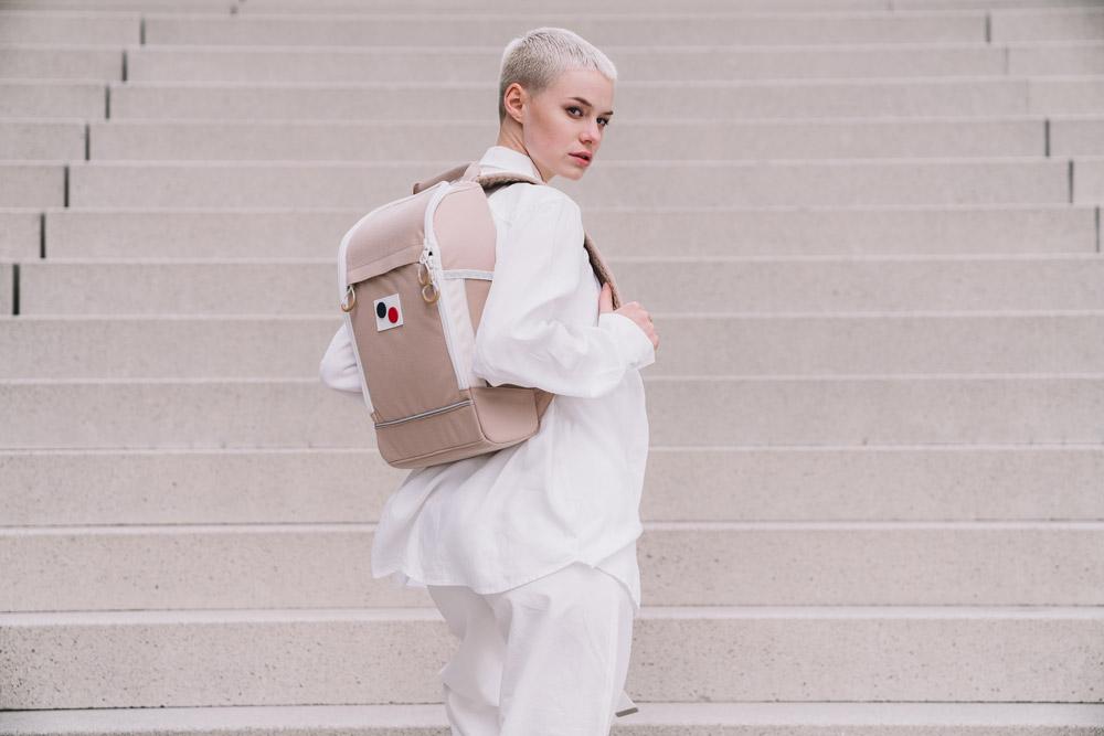 Pinqponq — Cubik Medium — béžový sustainable batoh recyklovaný z PET lahví — backpack — jaro/léto 2018