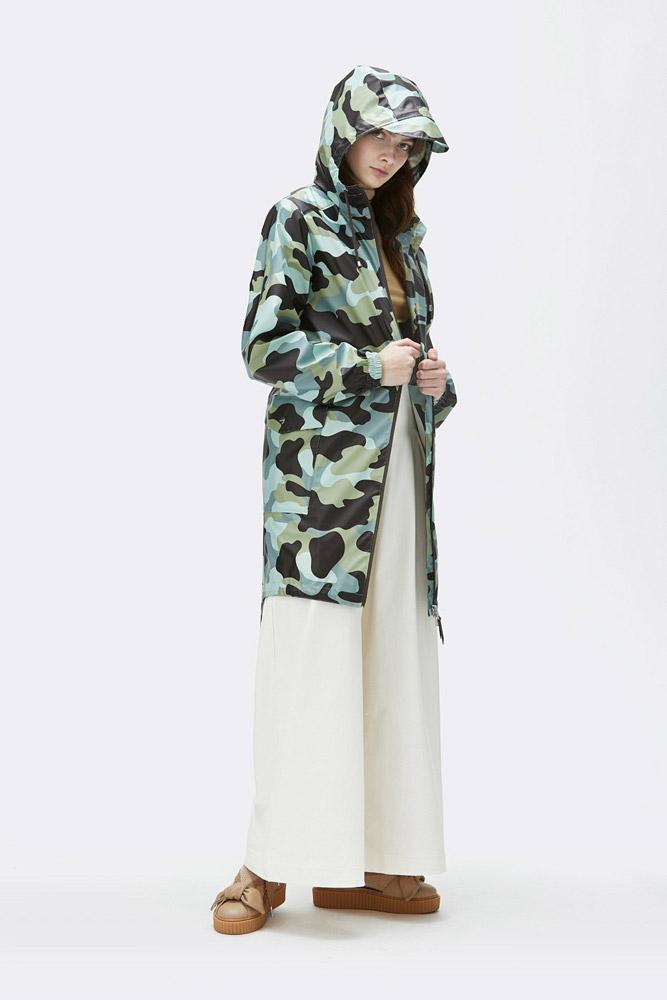 Rains — maskáčová nepromokavá bunda s kapucí — pršiplášť — dlouhá parka — dámská — zelená, modrá — raincoat, rain jacket, camo — jaro/léto 2018