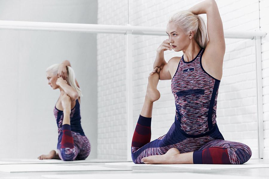 adidas x Stella McCartney — modro-červené tílko na jógu se vzorem — modro-červené legíny na jógu se vzorem — sportovní oblečení — jaro/léto 2018