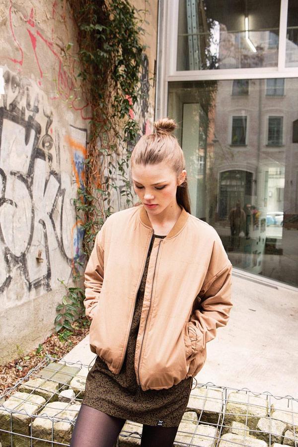 Iriedaily — béžová dámská bunda do pasu — bomber — lookbook — jaro 2018