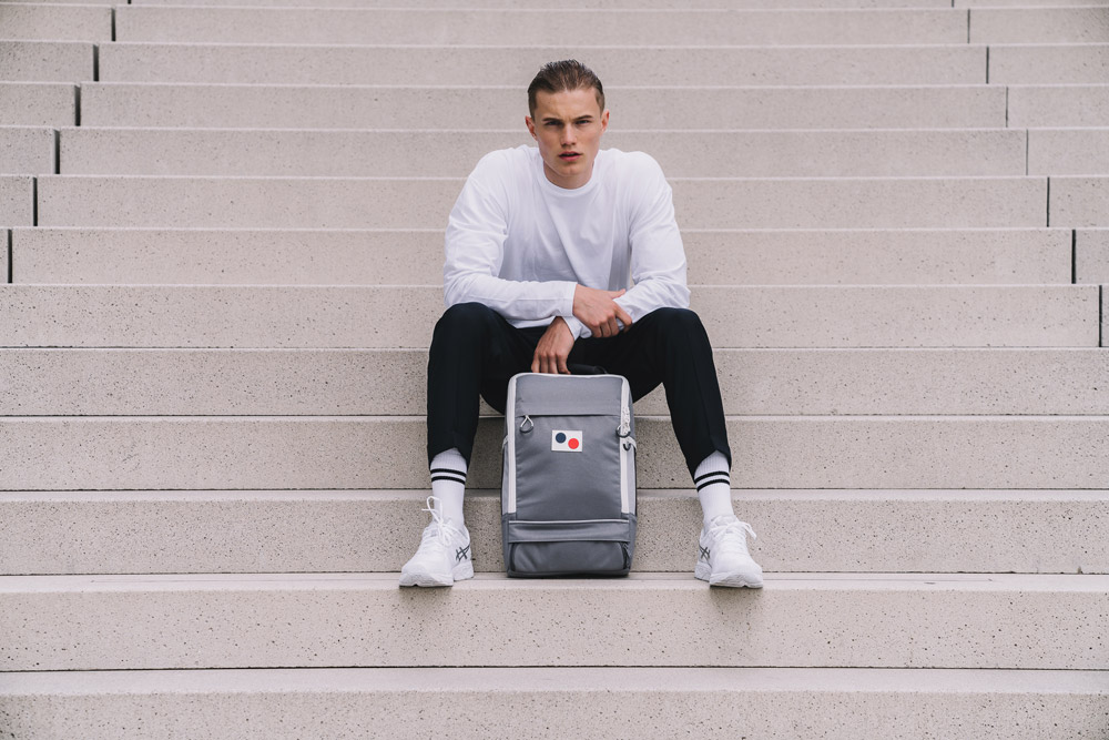 Pinqponq — Cubik Medium — šedý sustainable batoh recyklovaný z PET lahví — backpack — jaro/léto 2018