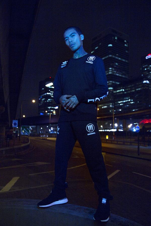 adidas Originals x Neighborhood — sportovní oblečení — Commander — černá mikina bez kapuce s potiskem — pánská, dámská — black sweatshirt