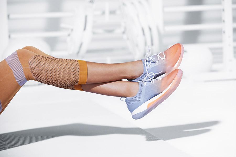 adidas x Stella McCartney — dámské boty PureBOOST X TR 3.0 — modro-oranžové — sportovní oblečení — jaro/léto 2018