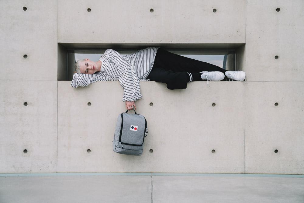 Pinqponq — Okay — šedý sustainable batoh recyklovaný z PET lahví — backpack — jaro/léto 2018