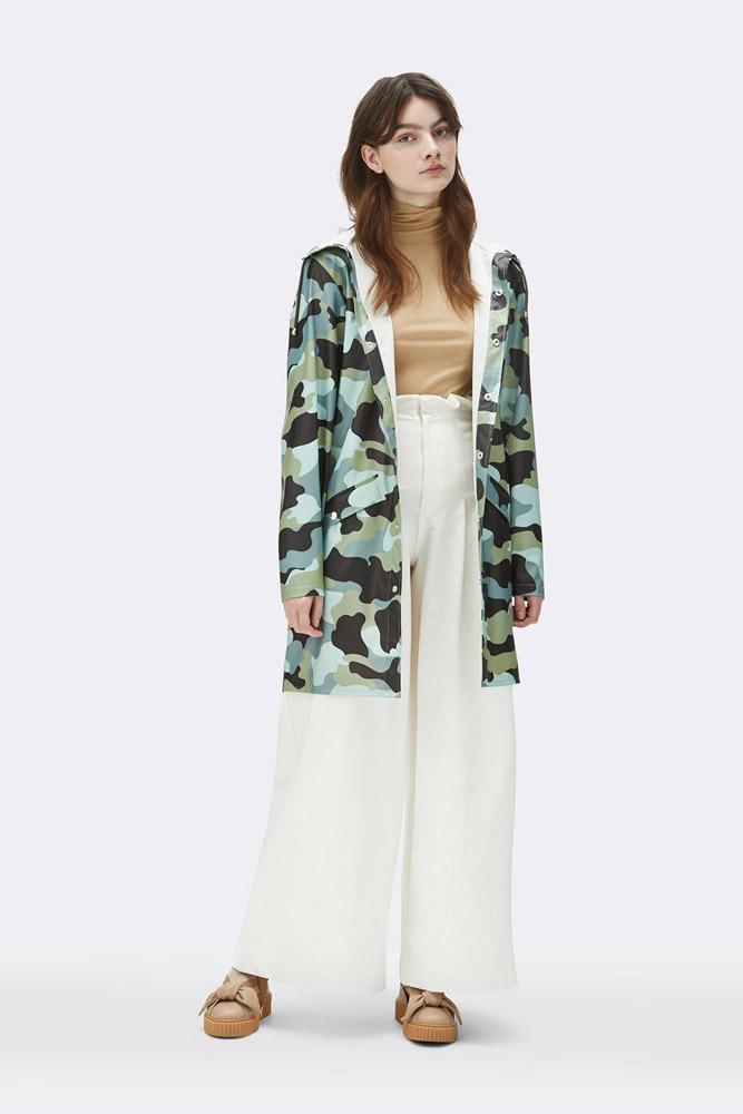 Rains — maskáčová nepromokavá parka s kapucí — pršiplášť — dlouhá bunda — dámská — zelená, modrá — raincoat, rain jacket, camo — jaro/léto 2018