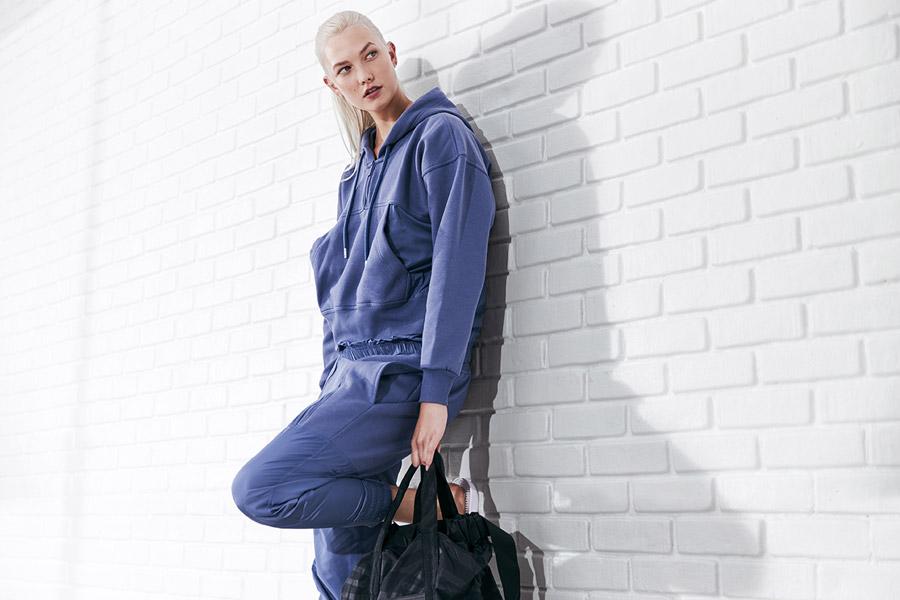 adidas x Stella McCartney — dámská tepláková souprava — modrá mikina s kapucí — modré tepláky, joggers — sportovní oblečení — jaro/léto 2018