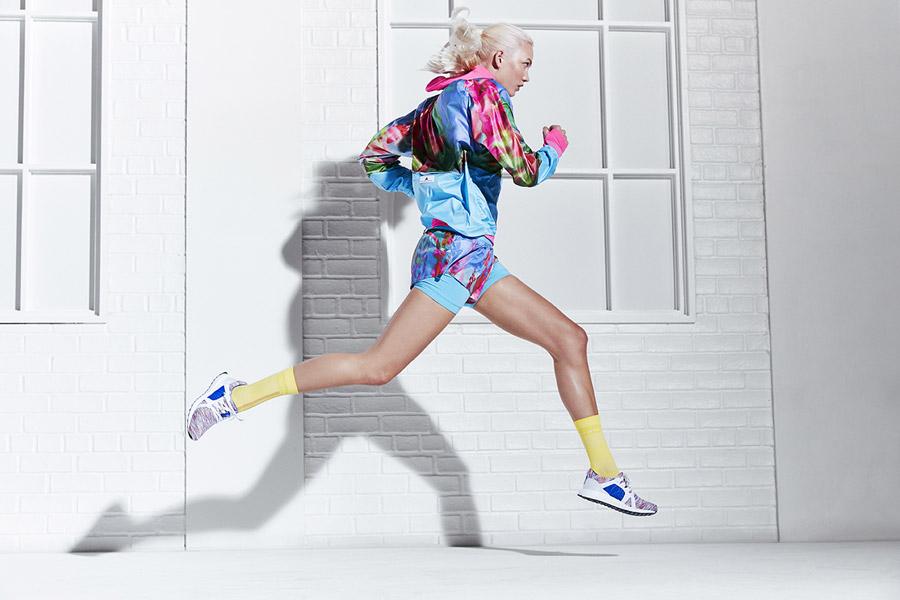 adidas x Stella McCartney — dámská barevná běžecká bunda se vzorem s kapucí — dámské barevné šortky — dámské barevné běžecké boty UltraBOOST X — sportovní oblečení — jaro/léto 2018