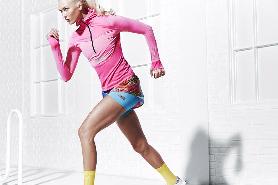 adidas x Stella McCartney — dámská uplá růžová běžecká bunda s kapucí — barevné šortky — sportovní oblečení — jaro/léto 2018