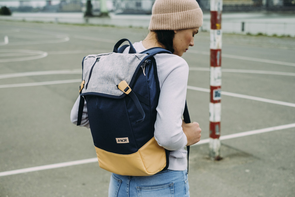 Aevor — Daypack — modro-žlutý recyklovaný z PET lahví — sustainable backpack — jaro/léto 2018