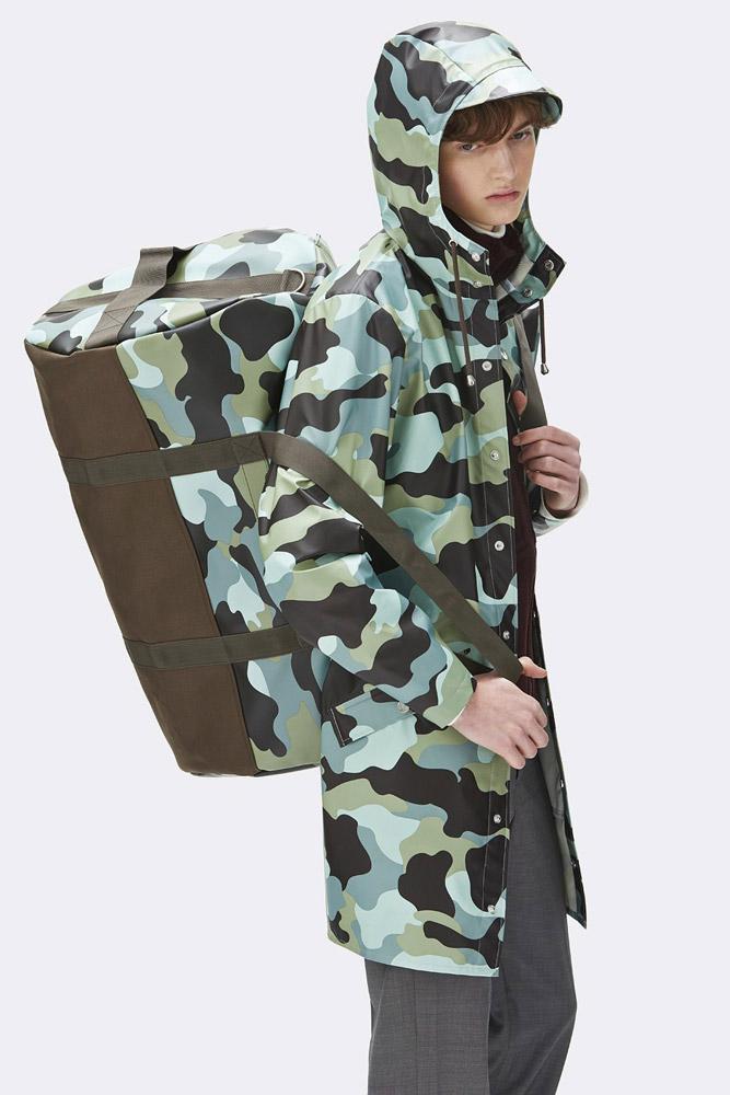Rains — nepromokavá maskáčová cestovní taška — zelená, modrá — rain travel bag, camo — jaro/léto 2018