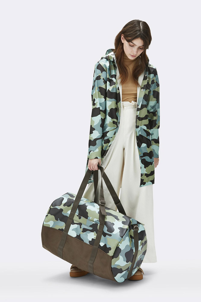Rains — maskáčová nepromokavá cestovní taška — zelená, modrá — rain travel bag, camo — jaro/léto 2018
