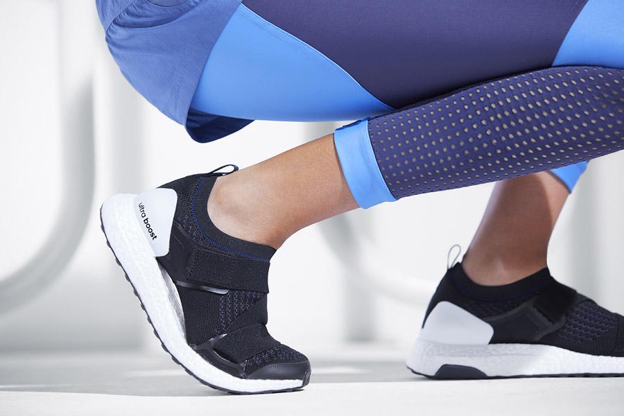 adidas x Stella McCartney — dámské běžecké boty UltraBOOST X bez tkaniček — modré — legíny — sportovní oblečení — jaro/léto 2018