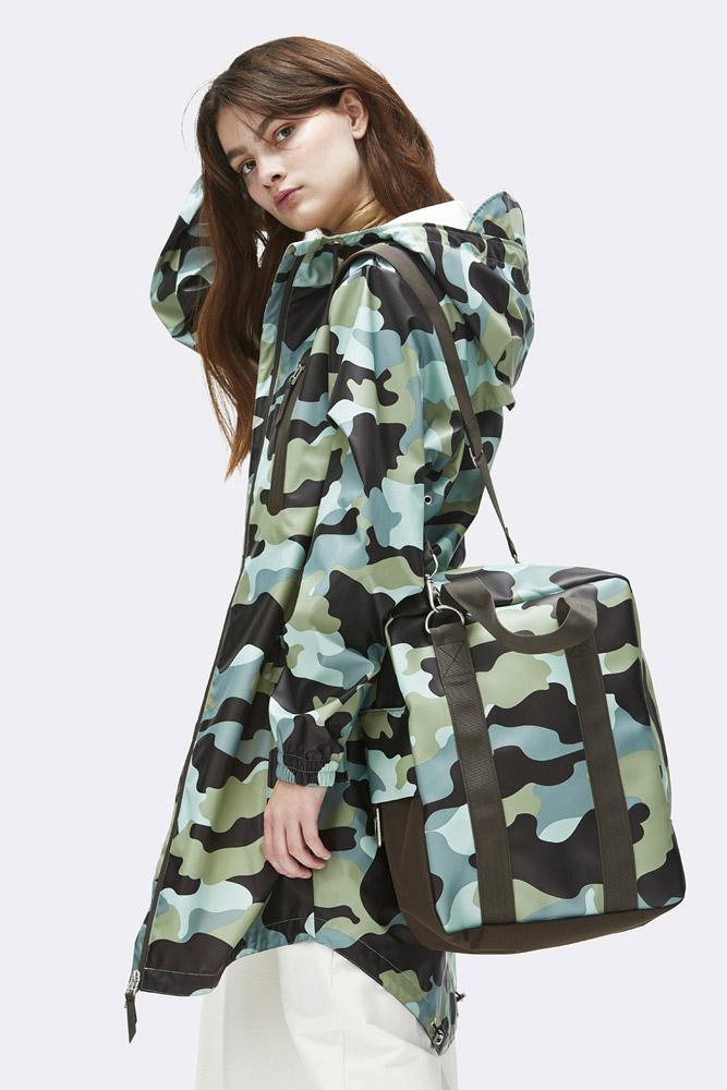Rains — nepromokavá taška přes rameno — maskáčová — zelená, modrá — rain tote bag, camo — jaro/léto 2018