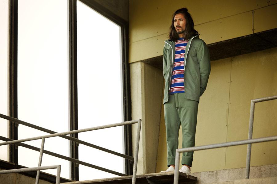 RVLT — pánská zelená jarní bunda s kapucí — zelené tepláky — červeno-modré proužkované tričko — jarní/letní oblečení — pánská móda — Revolution