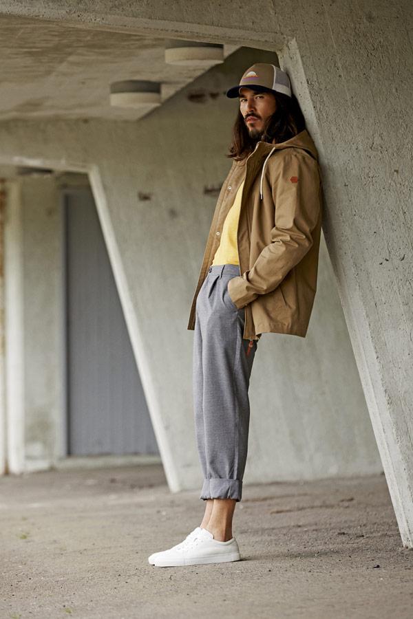 RVLT — béžová pánská jarní bunda s kapucí — šedé tepláky — jarní/letní oblečení — pánská móda — Revolution