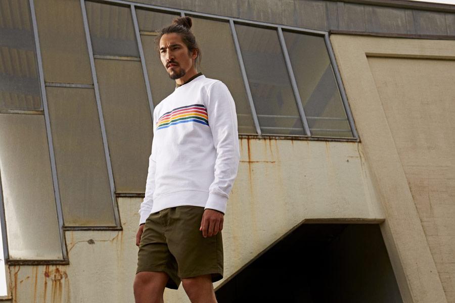 RVLT — pánská bílá mikina s barevnými proužky na hrudi — olivově zelené šortky — jarní/letní oblečení — pánská móda — Revolution
