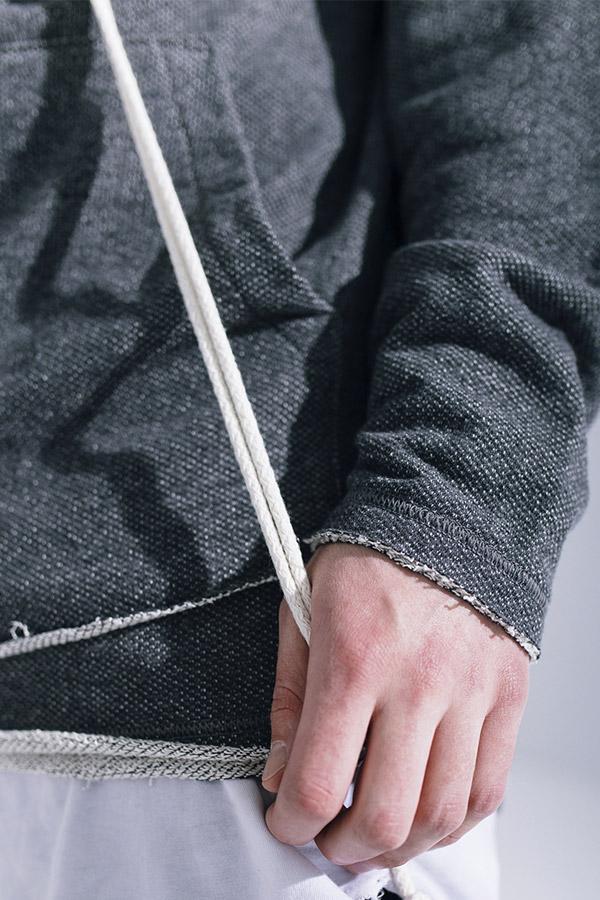 Phenotype — dlouhá pánská mikina s kapucí — nezapravené konce — tmavě šedá