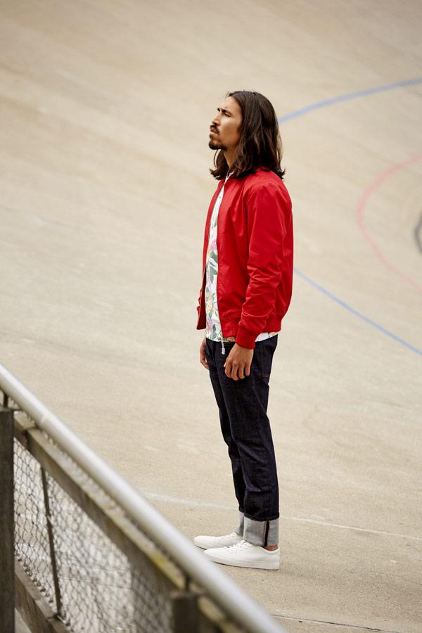 RVLT — pánský jarní červený bomber — bunda do pasu — modré džíny — jarní/letní oblečení — pánská móda — Revolution