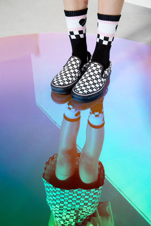Vans x Lazy Oaf — šachovnicové boty Checkerboard Classic Slip-On — vysoké ponožky