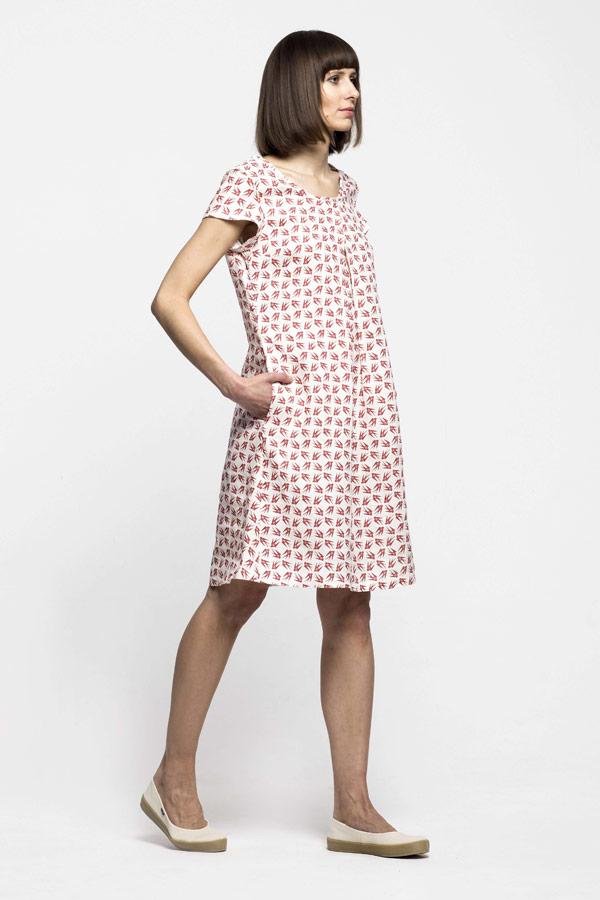 K.BANA — dámské letní šaty nad kolena ze lnu — červený vzor, vlaštovky