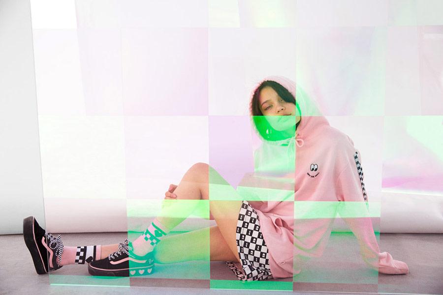 Vans x Lazy Oaf — černé boty Old Skool Platform — dámská růžová mikina s kapucí Of The Wall Lazy Hodie — vysoké ponožky — šachovnicová sukně Eyeball Check Skirt