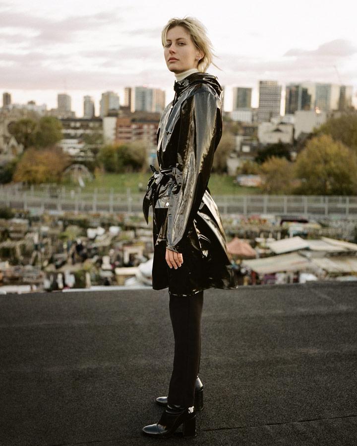 Rains — dámský černý pršiplášť s kapucí — trenčkot — lesklá nepromokavá bunda — womens rain jacket, trenchcoat — Expressions