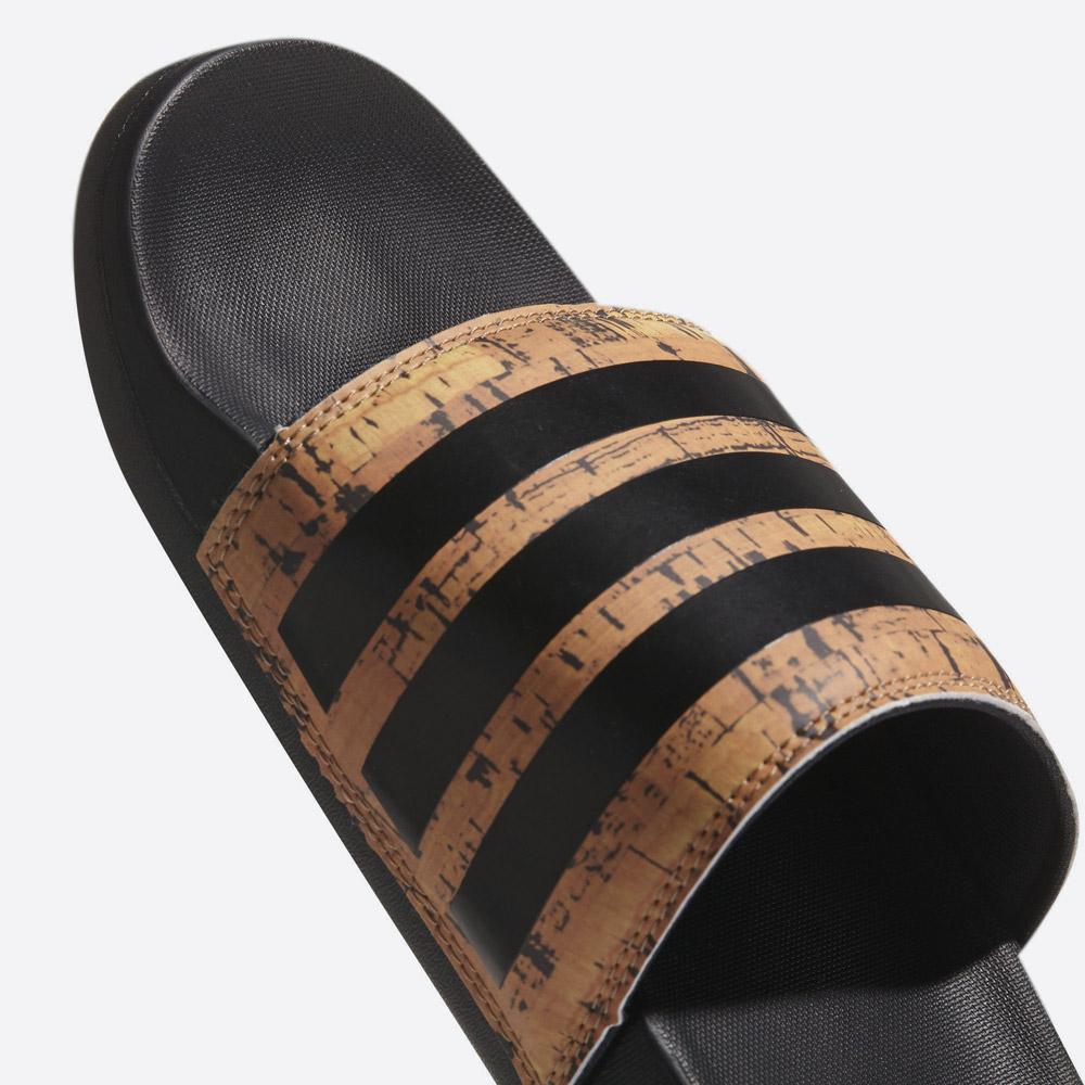 adidas Originals Adilette — Cloudfoam Plus Cork — pánské pantofle — nazouváky — gumové — korkový nárt — detail