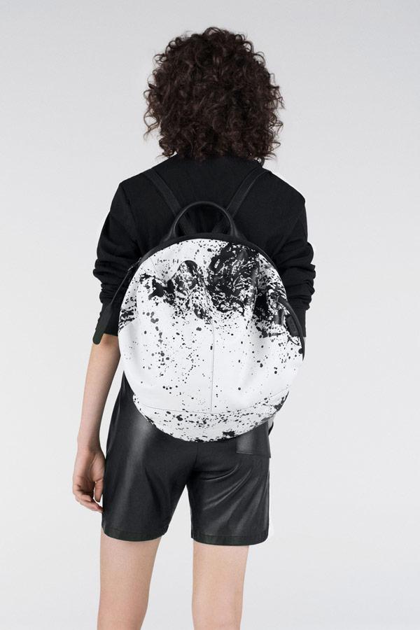 Côte&Ciel — kulatý batoh se skvrnami — Moselle — bílý/černý — luxusní — sustainable