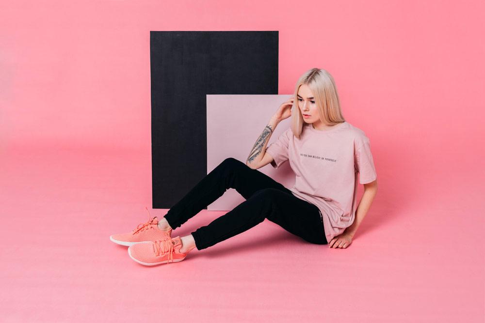 Elade Grl — dámské černé tepláky — dámské růžové tričko — streetwear fashion