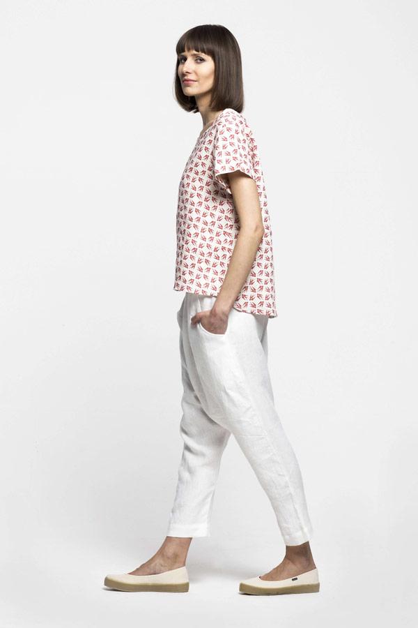 K.BANA — dámské bílé lněné kalhoty s hlubokým sedem — dámská košile bez límečku s vlaštovkami
