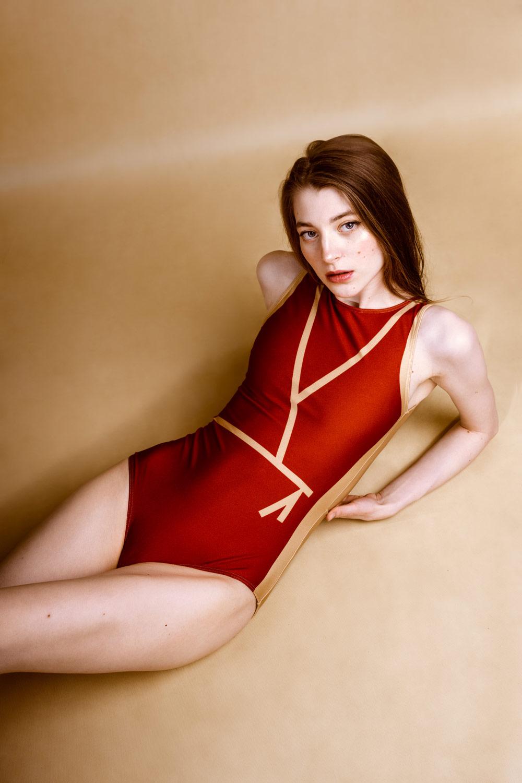 PLOVE — dámské jednodílné plavky — červené se zlatými linkami