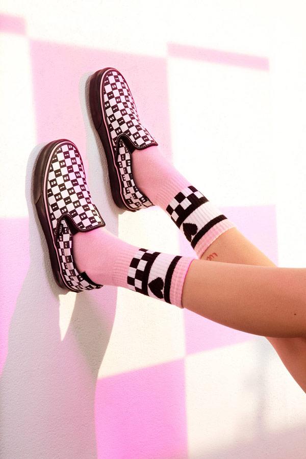 Vans x Lazy Oaf — šachovnicové dámské boty Checkerboard Classic Slip-On — vysoké ponožky