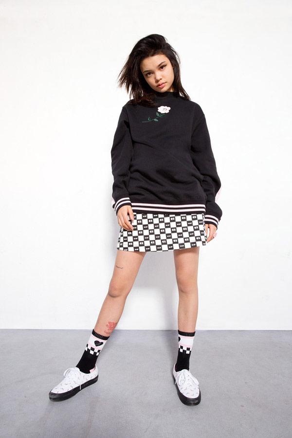 Vans x Lazy Oaf — šachovnicová sukně Eyeball Check Skirt — černá mikina Bear Floral Crew Sweatshirt