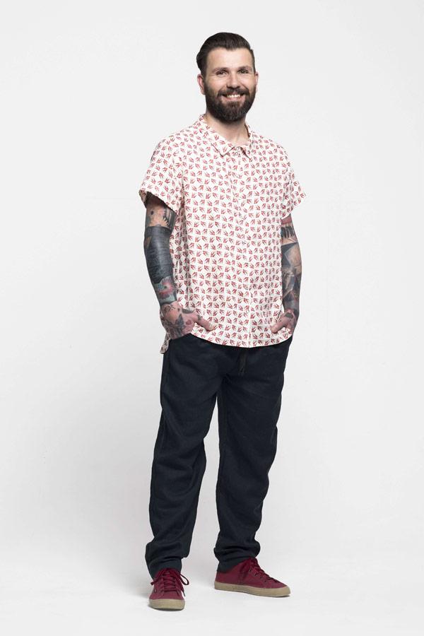 K.BANA — pánská lněná košile s krátkým rukávem se vzorem vlaštovek — pánské modré lněné kalhoty