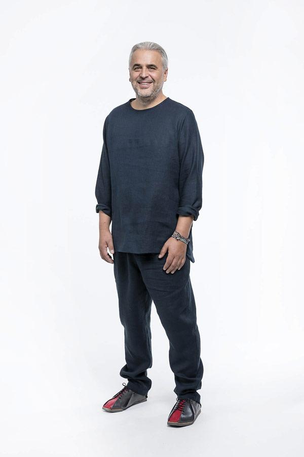 K.BANA — pánské tmavě modré lněné kalhoty — pánská tmavě modrá košile s dlouhým rukávem bez zapínání a límce