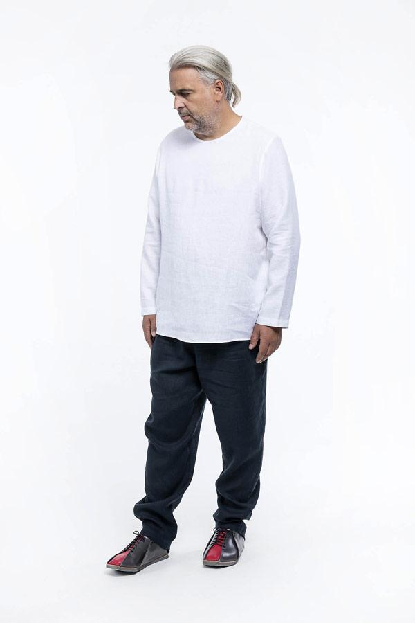 K.BANA — pánská bílá košile s dlouhým rukávem bez zapínání a límce — pánské tmavě modré lněné kalhoty