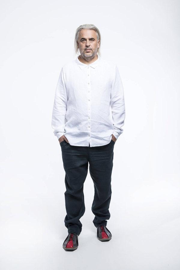 K.BANA — pánská bílá košile s dlouhým rukávem — pánské tmavě modré lněné kalhoty