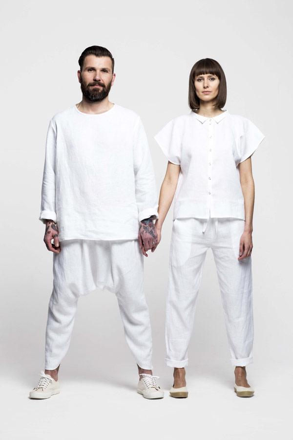 K.BANA — dámská bílá lněná košile s krátkým rukávem — pánská bílá lněná košile s dlouhým rukávem — lněné kalhoty s hlubokým sedem