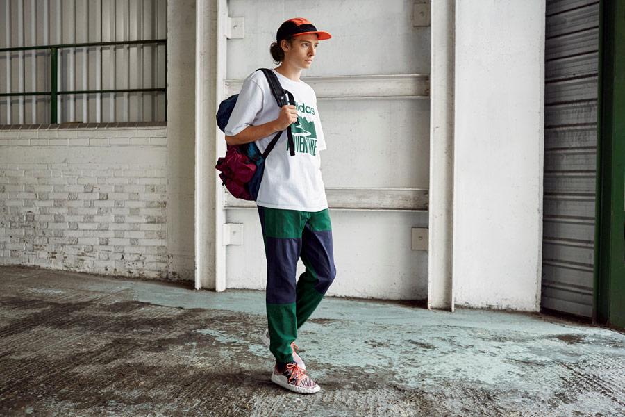 adidas Originals Atric Pack — oblečení — boty F/22 Primeknit — batoh — bílé tričko s potiskem — modro-zelené šusťákové tepláky