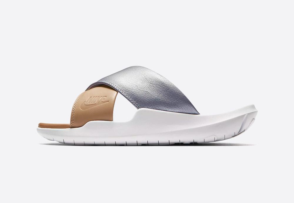 Nike Benassi Future Cross SE Premium — dámské pantofle — letní nazouváky — sandály — stříbrné, béžové