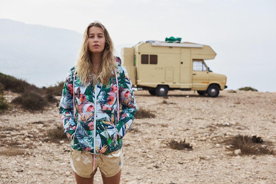 Femi Stories — prošívaná bunda s rostlinným vzorem s kapucí — zlaté kraťasy, šortky