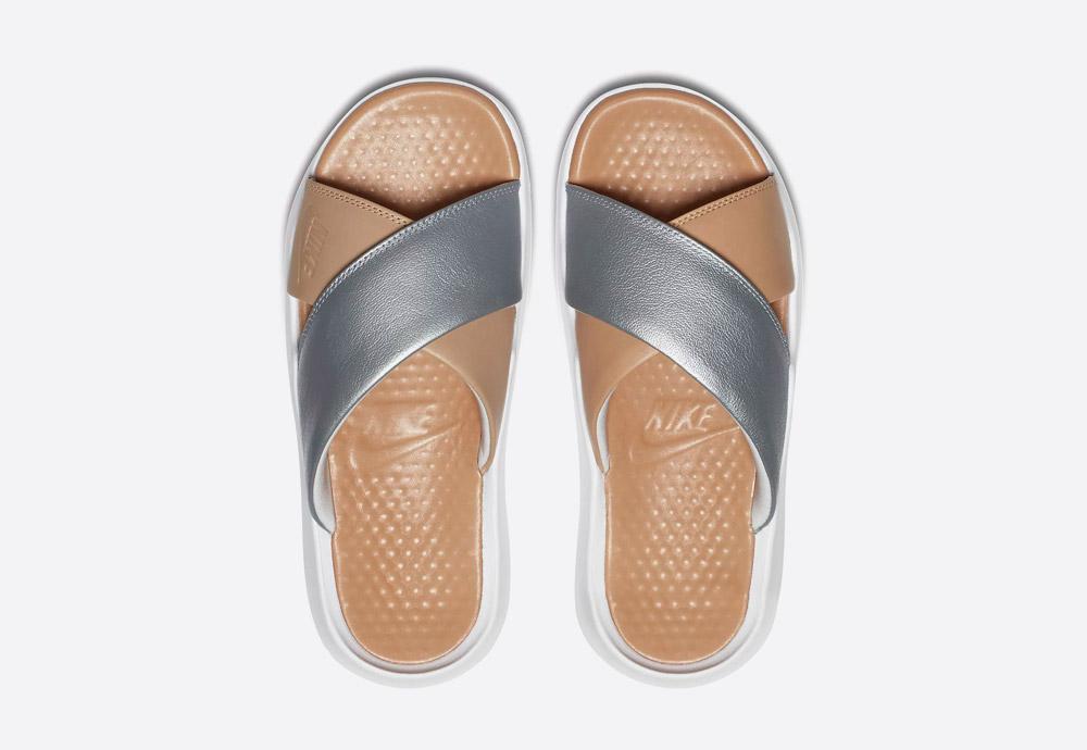 Nike Benassi Future Cross SE Premium — dámské pantofle — letní nazouváky — sandály — stříbrné, béžové — horní pohled