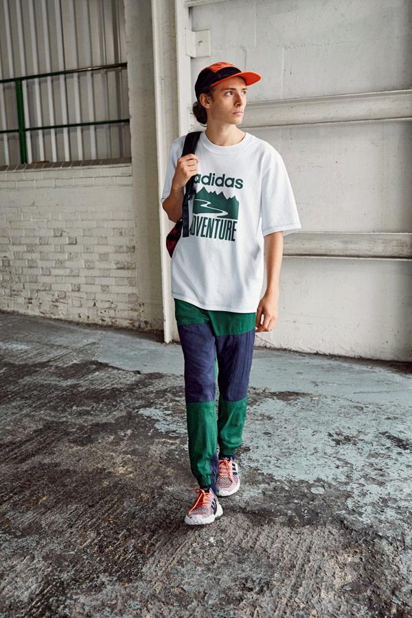 adidas Originals Atric Pack — oblečení — bílé tričko s potiskem — modro-zelené šusťákové tepláky — boty F/22 Primeknit — oranžová kšiltovka