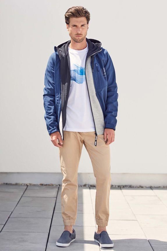 Bench — pánská bunda s kapucí — béžové kalhoty joggers — bílé tričko s potiskem — modré slip-on tenisky