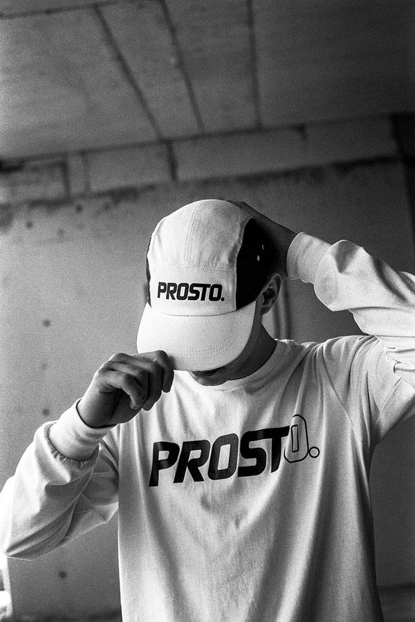 Prosto — pánské bílé tričko s dlouhým rukávem — černo-bílá kšiltovka pětipanelka